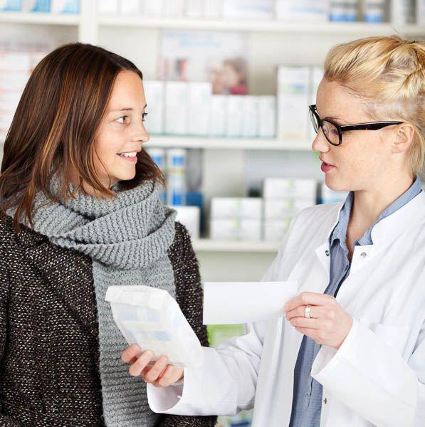 Apothkerin erklärt Patientin
